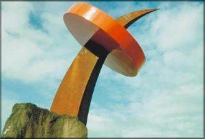 """Escultura """"Sementes"""" na Via Expressa em Blumenau, por Guido Heuer"""