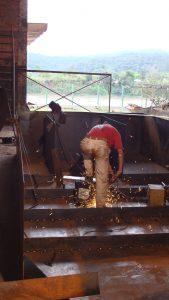 Processo de solda em aço cortem de escultura Imigração Alemã em Florianópolis, por Guido Heuer