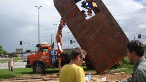 Processo de instalação de escultura Imigração Alemã em Florianópolis, por Guido Heuer